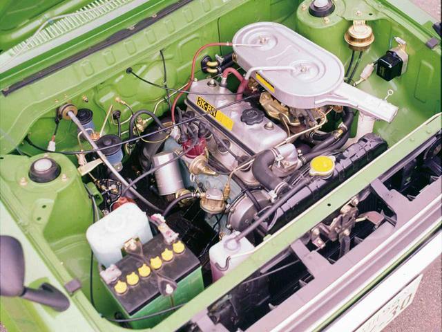 画像: トヨタ パブリカ・スターレット1200STのエンジンルーム。長円形のエアクリーナーの下にふたつのキャブレターを装着し、エンジンパワー向上を図っている。