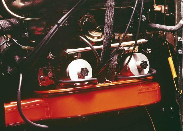 画像: バイオレットHT1600SSに採用されたSU。赤いエアクリーナの横にある2つのトックリのようなものがそれ。日産のスポーティ車に多く用いられた。