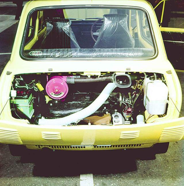 画像: スズキ フロンテSSに採用されている空冷直3 2ストロークエンジンにはCV型キャブが3連装されていた。