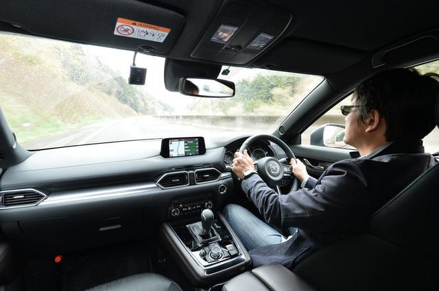 画像: 筆者の鈴木ケンイチ氏。アダプティブクルーズコントロールの設定は180km/hまで可能。もちろん100km/h巡航を行いましたが。