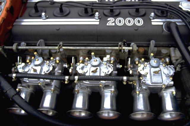 画像: フェアレディZ432Rはソレックスキャブを3連装していた。エアクリーナー無しで、ファンネルのみとなっているのは、レーシングカーのようだ。