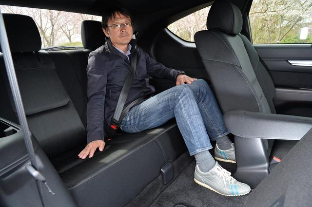 画像: サードシートは、大人が座るとヒザが浮いてしまうが、セカンドシートを調節すればヒザ回りの狭さは少ない。