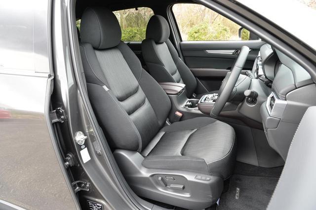 画像: たっぷりとした座り心地のフロントシート。