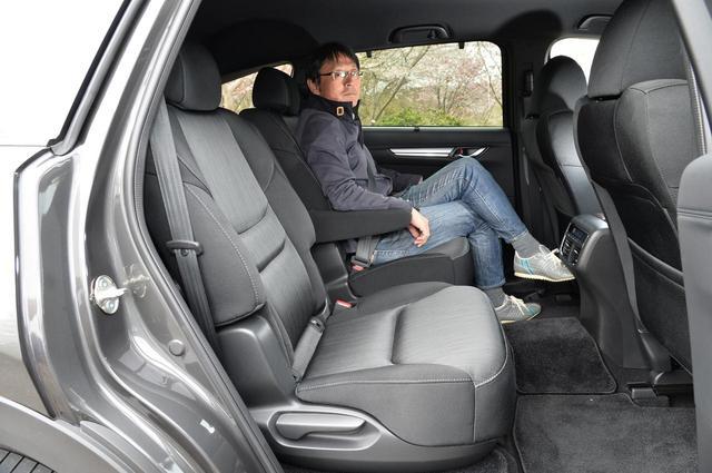 画像: セカンドシートのスライドを後ろにすれば、このように足を組んで座ることも可能。