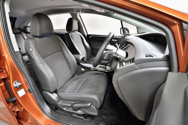 画像: RSのシートはラックススェード/プライムスムースのコンビシート。オレンジステッチもオシャレだ。
