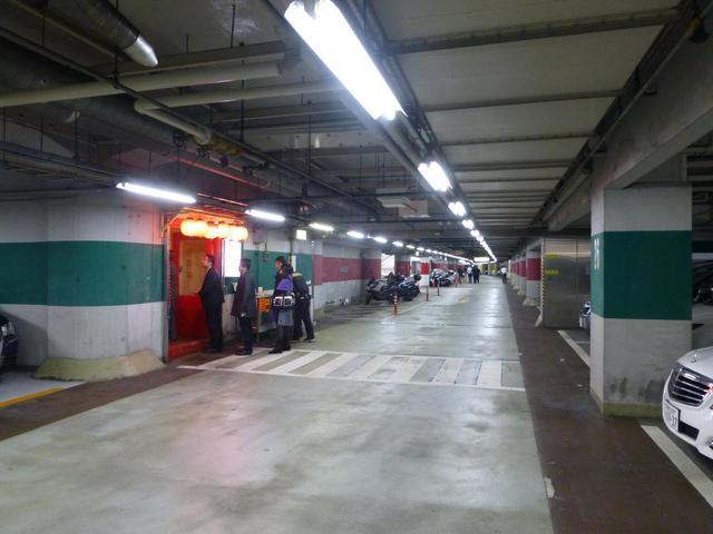 画像: 地下駐車場に赤い提灯がともる。ここが中華料理・帝里加(デリカ)