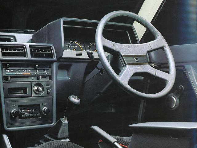 画像: 見た目は乗用車然としているが、インパネ左下のターボメーターが高性能の証。トランスミッションは5速マニュアルのみ。