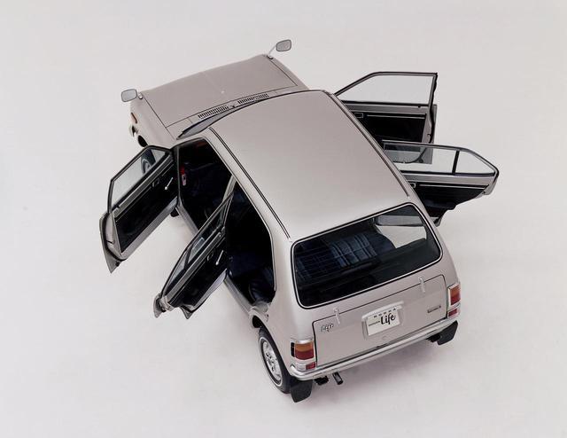 画像: 初代ライフはホンダの軽自動車初の4ドアとなった。