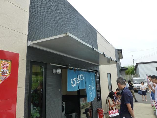画像: ▲店舗は比較的新しい。この日は15人くらいの待ち。でもラーメン屋は回転が早いから、ね。