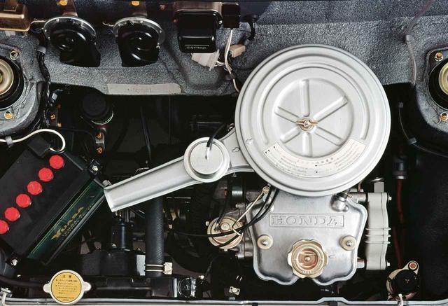 画像: エンジンは水冷2気筒SOHC。バランサーシャフトを備えていた。