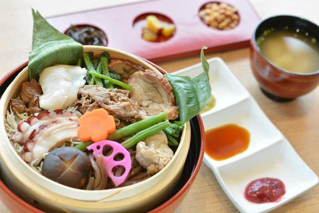 画像: ▲NEXCO東日本のどんぶり王座決定戦でグランプリを獲得した「常陸乃国の玉手箱 もりと海のわっぱ丼」(1380円)。料理が提供されるのは9時~21時30分(ラストオーダー21時)。