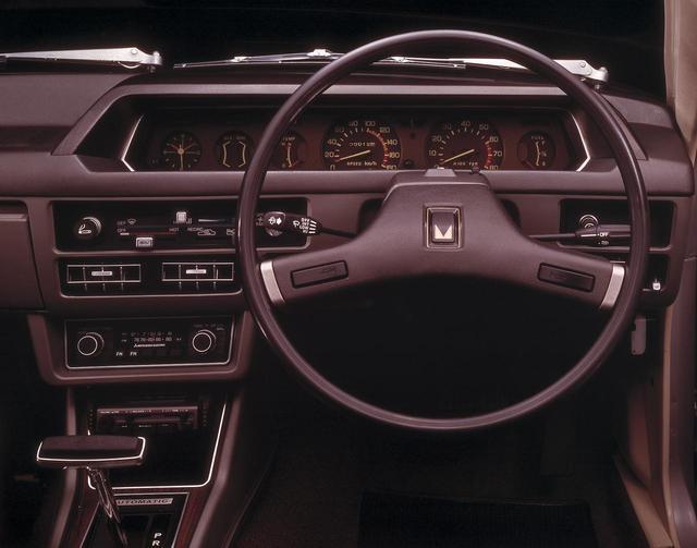 画像: オートマチック車のインパネ。AM/FM ・ラジオ/ステレオシステム、頭寒足熱型のエアコンタイプヒーターに後席暖房・自動温度調節を加えたオールシーズンベンチレーションシステムなど、快適機構が組み込まれた。