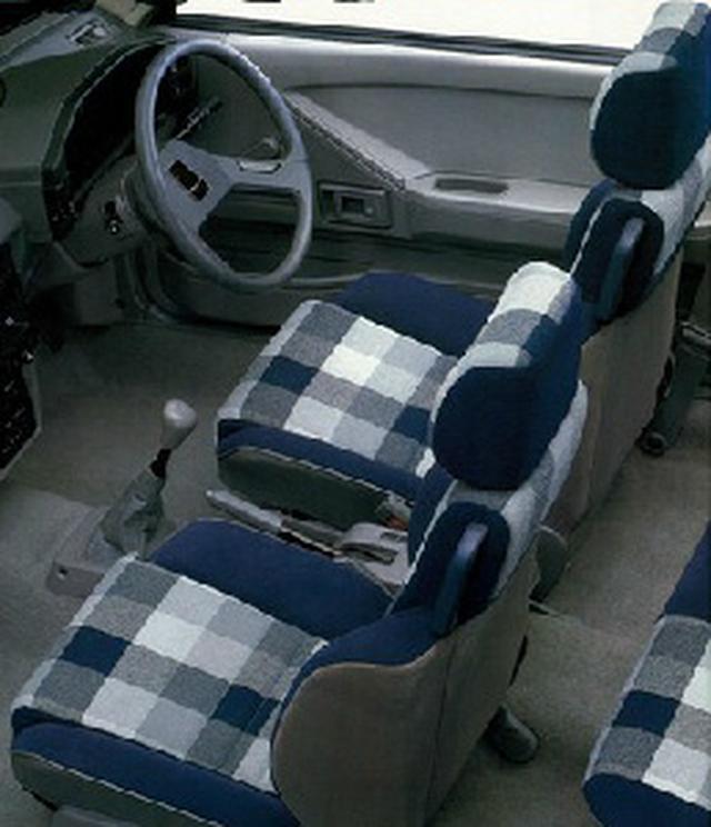 画像: 可動式ヘッドレストを始め、多くのシート調整機構が採用されていた。フルフラットもOK。