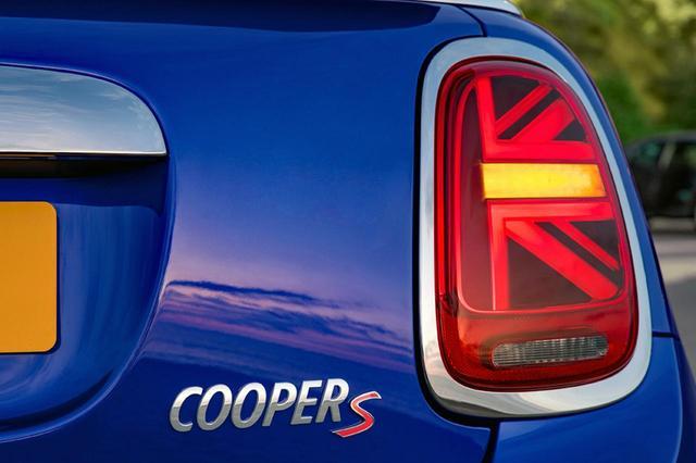 画像: ユニオンジャック風のリアコンビランプは、一部がウインカーとして点灯する。