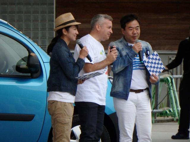 画像: 開場ではTVKの番組「クルマでいこう!」収録も行われた。司会を務めるモータージャーナリスト岡崎五朗さんと藤島知子さん。中央はルノー・ジャポンのフレデリック・ブレンさん。ルノーファンにはおなじみ。