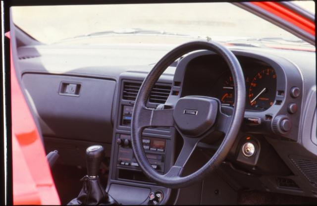 画像: 着座位置が低くGの動きをダイレクトに感じ取れるコクピットは、Zを超えたとも言われた。