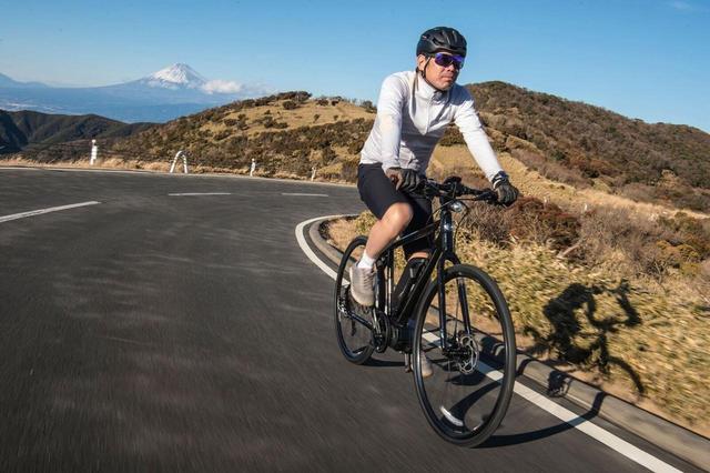 画像: E-BIKEには、ビギナーでも山道を行くことができる魅力もある。