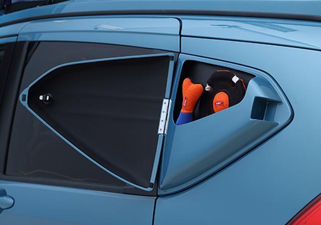 画像: クォーターウィンドウ部ボックスを設置。車内に入れたくない汚れ物や小物を収納