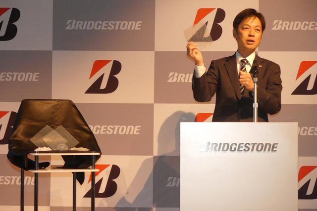 画像: 発表会の様子。右は開発したブリヂストン中央研究所のフェロー(本部長)、会田(かいた)昭二郎博士。