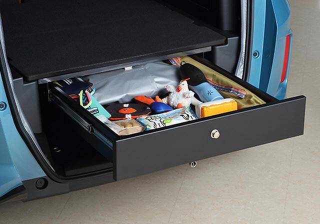 画像: 荷室フロアボード下には、引き出しタイプの小物入れ