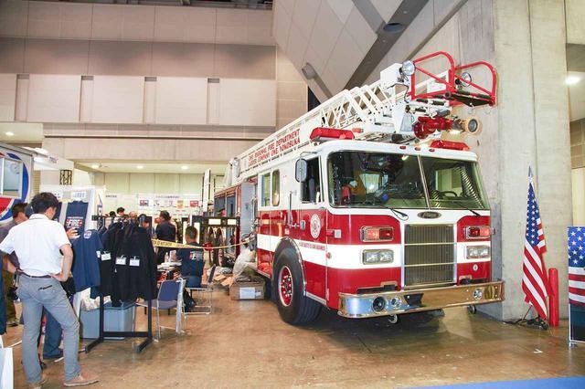 画像: アメリカ海軍日本管区司令部消防隊のはしご車も展示される。