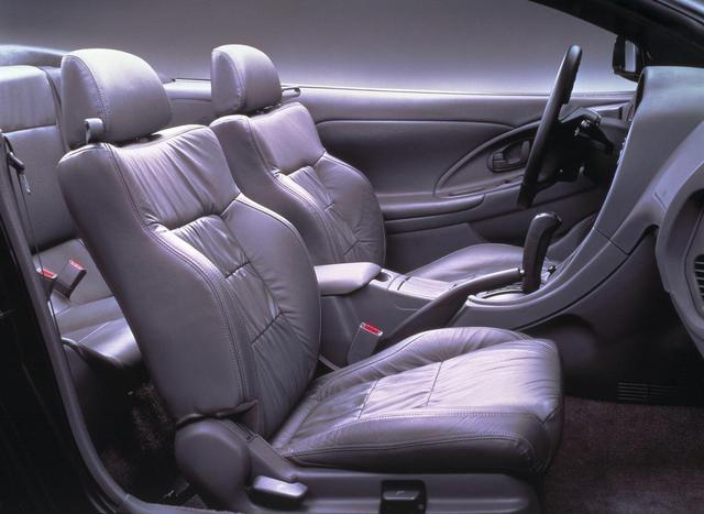 画像: 本革シートが標準装備。運転席(左側だが)電動パワーシートも標準。
