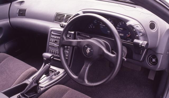 画像: R譲りのコクピット。メーターの左右にワイパー/ライトなどのサテライトスイッチが配置される。