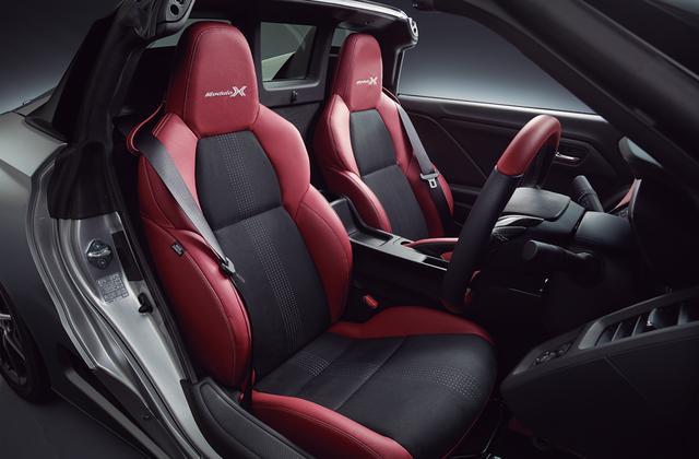 画像: 本革とラックススェードをを組み合わせた専用スポーツシートを採用。