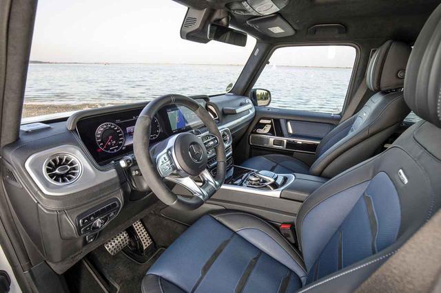 画像: 下をカットしたステアリングや2トーンのシート地を採用したG63 AMGのインテリア。