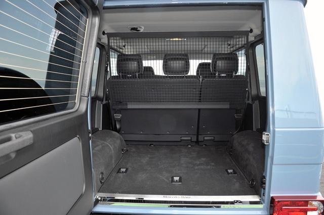 画像: スペアタイヤを背負っているのでリアドアは左ヒンジで開く。ラゲッジスペースは480〜2250Lと広大。