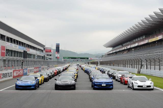 画像: パレードのため富士スピードウェイレーシングコース上に並ぶシボレー車。