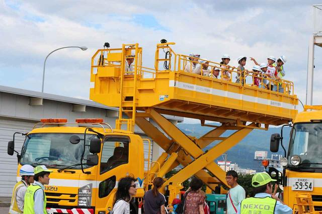 画像1: 高速道路の維持管理車両を体験。