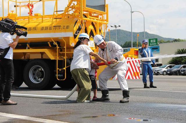 画像2: 高速道路の維持管理車両を体験。