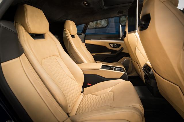 画像: リアシートは3人乗りとなるベンチシートが標準仕様となるがオプションでセパレートシートを選ぶことが可能だ。