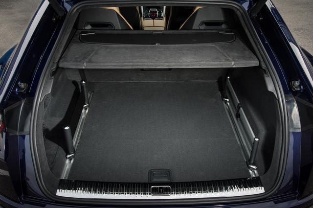 画像: ラゲッジルーム長は1050mm。ラゲッジルーム容量は616L。後席を倒せば最大1596Lにまで拡大できる。