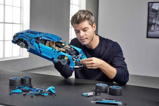 画像: LEGO TECHNIC BUGATTI CHIRON。その大きさがよくわかる。