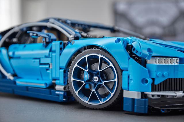 画像: LEGO TECHNIC BUGATTI CHIRON。ブレーキキャリパーも再現。