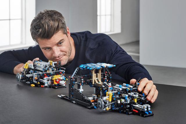 画像: LEGO TECHNIC BUGATTI CHIRON組み立て風景。それにしてもこのオフィシャルデザイナー、楽しそうである。