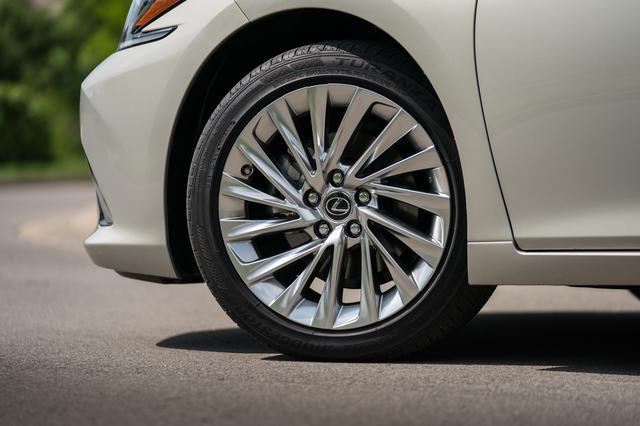 画像: 写真はES300hのベースモデルで、18インチのタイヤ(235/45R18)&ホイールを装着。Fスポーツは235/40R19。