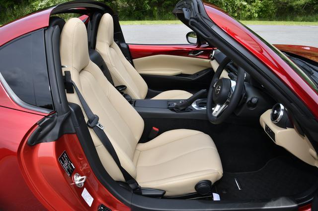 画像: VSのスポーツタンのシートは本革仕様。RSはブラックでレカロ製となる。