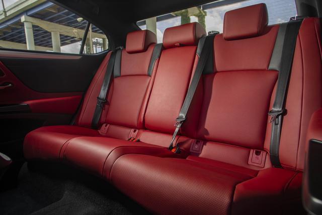 画像: 程良い包まれ感でドライビングの高揚感を高めるコクピット。ホールド性の高い前席、広い足もとで開放感を訴求する後席ともに安心感をもたらす。写真は海外仕様のES350のFスポーツのシート。