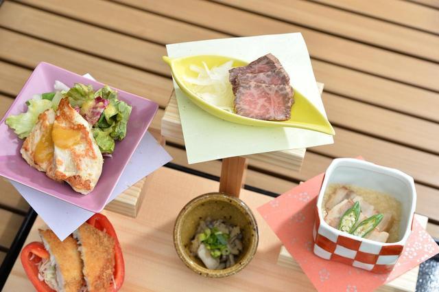 画像: 牛/豚/鶏と、栃木産の肉料理が3段に並べられ、食べ比べることができる。華やか。