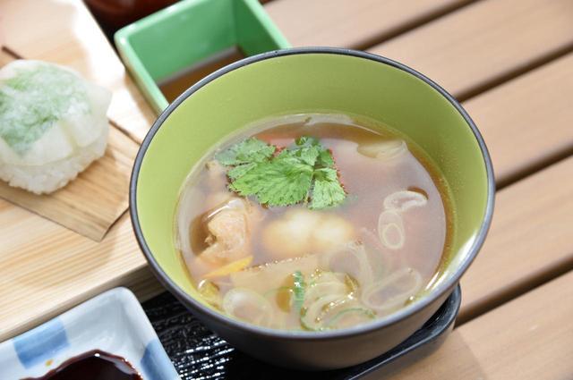 画像: 地元の野菜や鶏肉がごろごろと入った「すいとん入りけんちん汁」も絶品です。