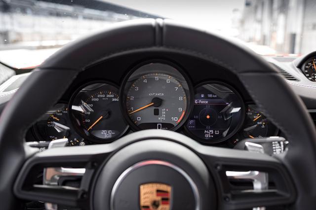 画像: ポルシェ911 GT3 RSのメーター。10000rpmまで刻まれている。