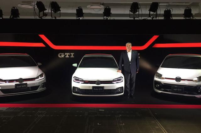 画像: 3台のGTIと並ぶ、フォルクスワーゲングループジャパンのティル・シェア社長。