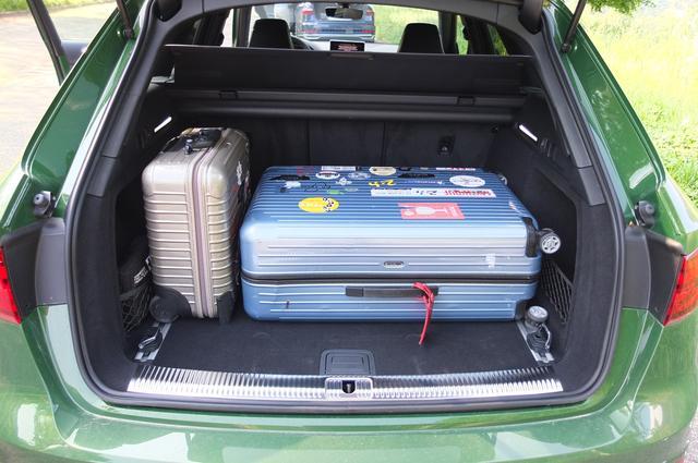 画像: 約9日間の長旅に持って行った大きなスーツケースも楽々と積み込める。このあたりはさすがアウディのアバント。