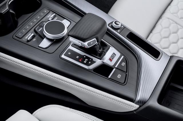 画像: トランスミッションはSトロニック(DCT)ではなく8速ATを搭載、駆動方式は4WD(クワトロ)。