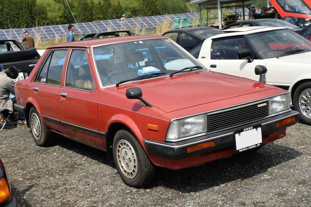画像: マツダ最大のヒット作、初代FFファミリアも今じゃほとんど見られない。ハッチバックじゃなくて、初期型のセダンてのが珍しい。兄弟車のフォードレーザーも見てみたい!