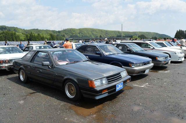 画像: どのイベントでも、2代目のF31は大人気だけど、初代の2ドアは新車時から販売では苦戦したため、残存率が極めて低い。手前の1台は、さらに貴重なL28エンジンを積んだ5速MTのモデル。