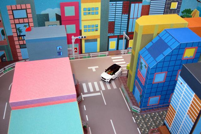 画像: 交差点を曲がるのも、慣れないと一回では曲がれない。実際の運転より難しい!?